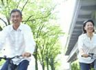 自転車に乗るミドル夫婦