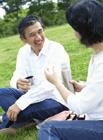 ピクニックをするミドル夫婦