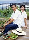 野菜を収穫したミドル夫婦