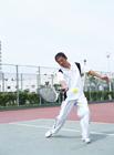 テニスを楽しむミドル男性