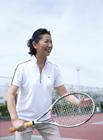 テニスを楽しむミドル女性