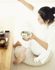朝食を摂る女性