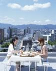 屋外で食事をする女性