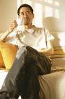 ソファーでくつろぐミドル男性