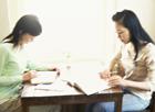勉強する女性2人