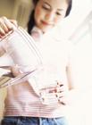コップに水を注ぐ女性
