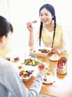 食事をする2人の女性