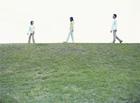 丘を歩く家族
