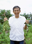 野菜を収穫したミドル男性
