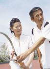 テニスを楽しむミドル夫婦