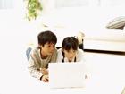 パソコンを打つ子供