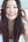 髪を撫でる女性