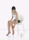 脚のスキンケアをする女性