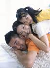 リビングで顔を重ねる家族3人