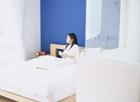 ベッドで読書する女性