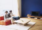 テレビを観る家族3人