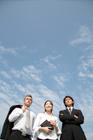 空を見上げる3人のビジネスマン
