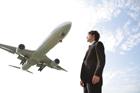 飛行機を背にするビジネスマン