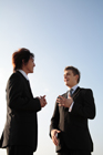 談笑する2人のビジネスマン