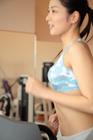 ランニングマシンを走る女性