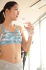 トレーニング後、水を補給する女性