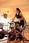エアロバイクでトレーニングする女性