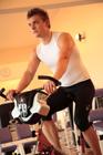 エアロバイクでトレーニングする外国人男性