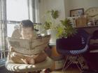 新聞を読む裸の赤ちゃん