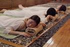 岩盤浴でリラックスする女性3人
