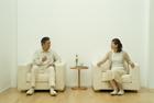 ソファで談笑するミドルカップル