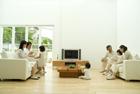 テレビを中心にくつろぐ3世代家族7人