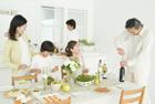 ワインを開ける祖父と食卓を囲む3世代家族5人