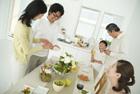食卓を囲んで談笑する3世代家族5人
