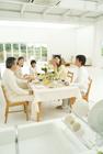 食卓を囲む3世代家族5人