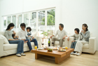 リビングで食卓を囲む3世代家族7人