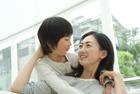 ソファで母親に抱きつく女の子
