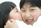 姉にキスをする女の子