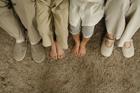 4人家族の並べた足
