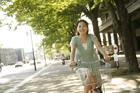 自転車に乗る20代女性