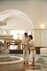 ホテルのエントランスに佇むミドルカップル