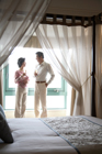 天蓋ベッドの部屋で乾杯するミドルカップル