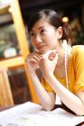カフェで勉強をする20代女性