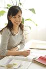 語学の勉強をする20代女性