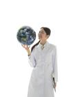 地球儀を見る白衣の女性