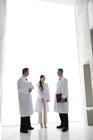 立話をする白衣の男女3人