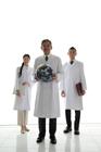 地球儀と白衣の男女3人