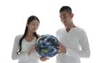 地球儀を持つ20代カップル