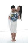 地球儀を持った母と娘