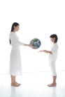 地球儀を手渡す母と娘