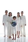 地球儀と3世代家族